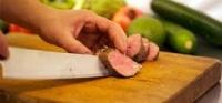 Våre kokker langtids steker flere typer kjøtt som trancheres og serveres hos kokkene. Tilbehøret er delikat satt opp i en flott buffet. Flere typer poteter, sauser salater og et nydelig dessertbord.