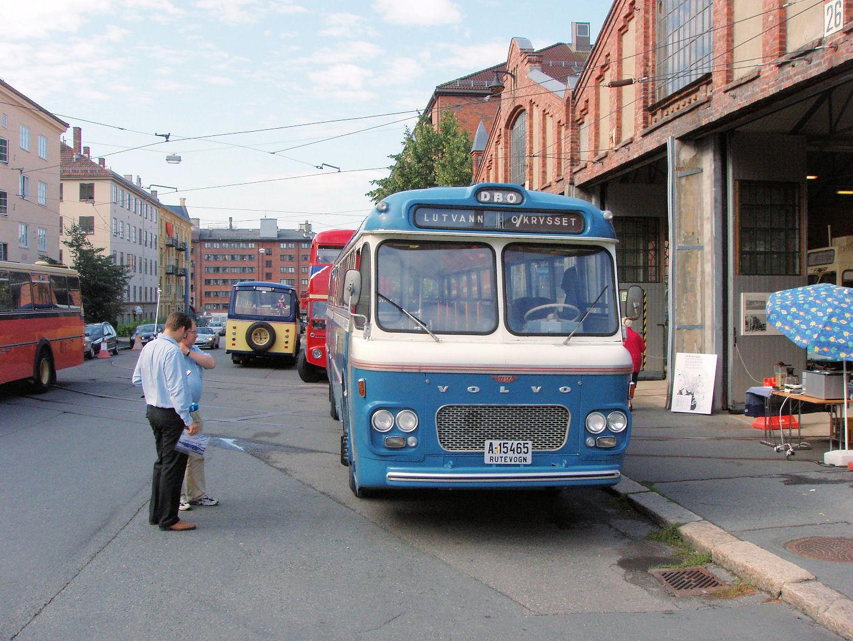 """Rune Alsteth fra NRK lagde live reportasje i Nitimen. A-15465, en Volvo B655 ble benyttet som en buldrende lydkulisse i bakgrunnen. Rune Alsteth legger nok litt på når han forteller over radioen at bussen har """"svart jernratt"""" og """"speedometer som eneste instrument"""", men at den var """"topp moderne likevel i 1964""""."""