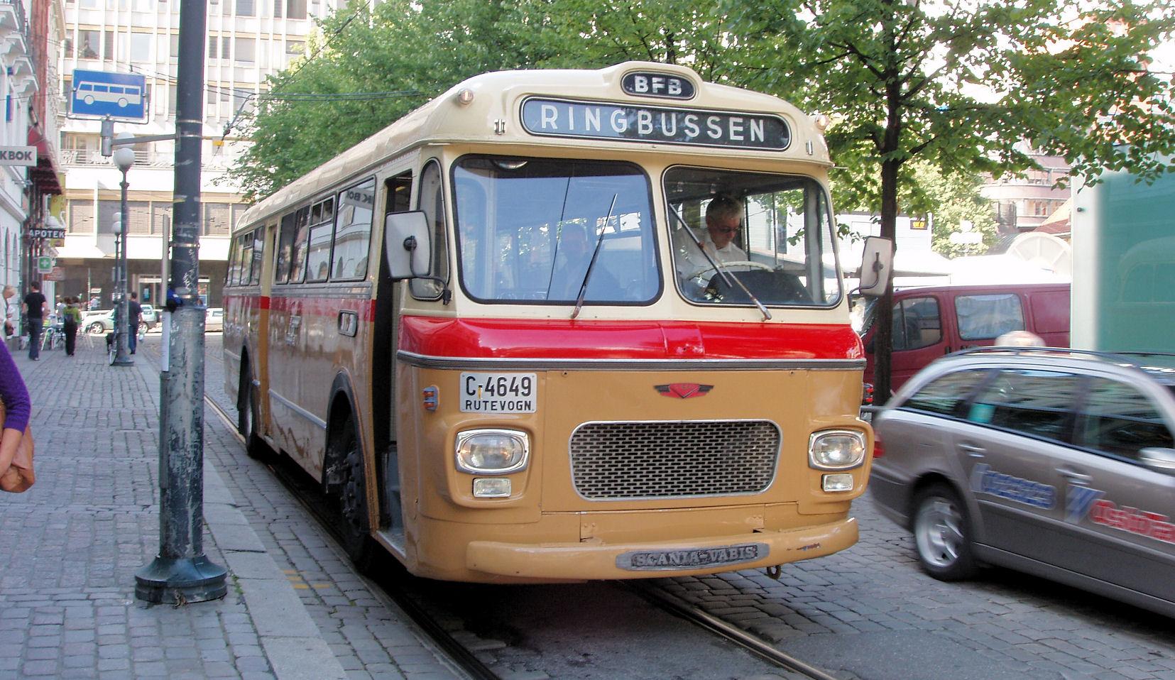 """Tidligere BFB's Scania-Vabis fra 1965 """"regulerer"""" på Stortorget før retur tilbake til Vognhallen.  Webmaster Tore Wiik bak rattet plundrer med å få løsnet håndbrekket (tidlig trykkluftversjon med halvmeterlang spak og utløserknapp)."""
