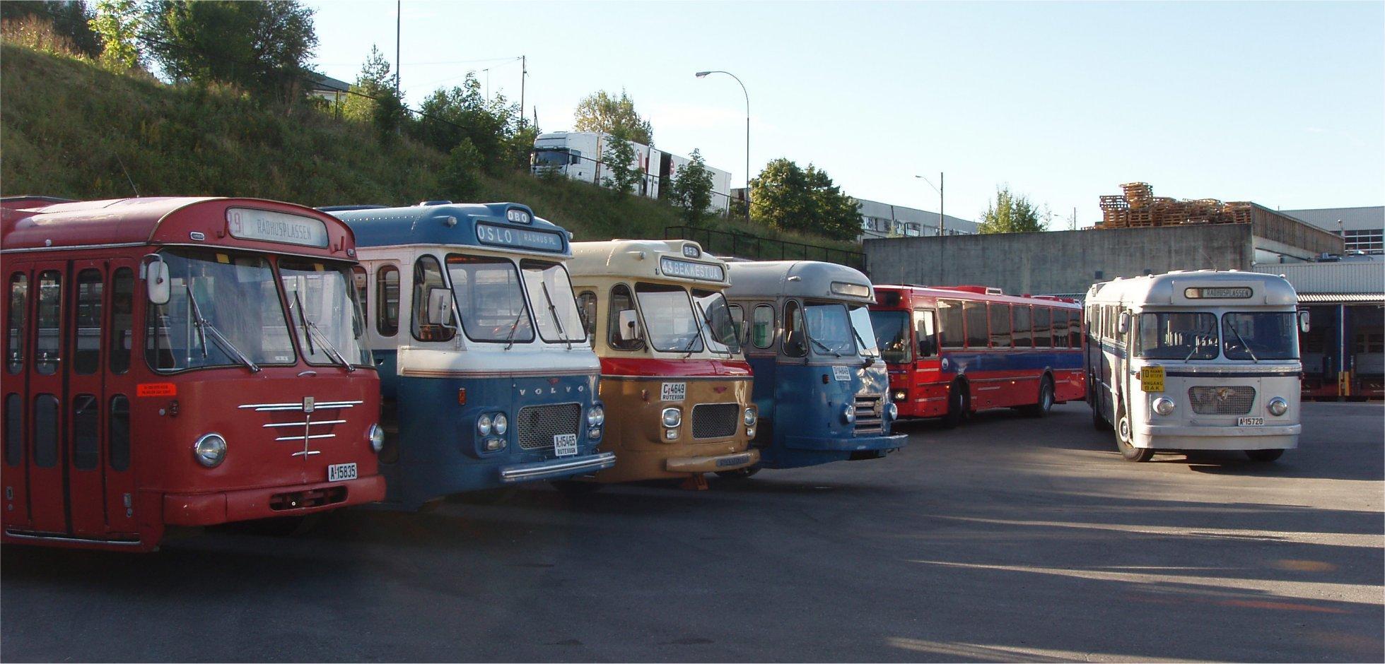 Veteranbussene fra LTF som skulle inn i aktiv tjeneste var samlet på Økern. Ved 8-tiden om morgenen begynte nedkjøringen til Rådhusplassen. Fra venstre Büssing Prefekt 13D fra 1969, deretter en Volvo/VBK B655 fra 1964 (midtmotor), Scania-Vabis/VBK fra 1964, NSB-bussen - en Volvo/Larvik fra 1955, reservebussen Volvo/Arna B10R fra 1987 og til slutt Leyland Worldmaster/VBK fra 1964.
