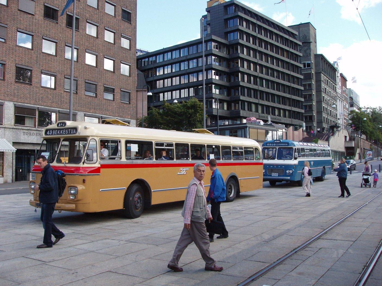 På rekke og rad står ex. BFOern C-4649 (Scania-Vabis) og ex-DBOen A-15465, en Volvo B655.08 fra 1964, klar for å ta på passasjerer.