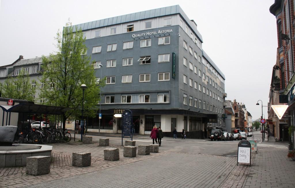 Vi ser Quality Hotel Astoria med Torggata til høyre. I enden av den skimtes jernbanestasjonen. Gata på tvers er Vangsveien med hovedinngangen til Astoria. Til venstre for inngangen på hotellet kan man svinge innom med bussen og sette av passasjerer. Torggata går gjennom hele sentrum, men det meste er gågate. Til venstre på bildet ser vi et hjørne av Østre Torg der rutebilstasjonen i Hamar var helt til 1974.