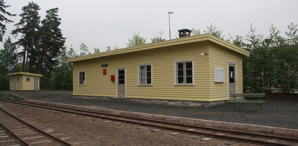 Her er vi på Jernbanemuseet og Smalåsen stasjon som har noe andre dimensjoner enn Hamar stasjon. Smalåsen ble flyttet til og gjenåpnet ved museet i 2011. Smalåsen stasjon ble bygd og åpnet da trafikken på Nordlandsbanen åpnet mellom Grong og Mosjøen i 1940. Smalåsen var nordligste stasjon i Nord-Trøndelag og det var 10 km videre til Majavatn i Nordland. Stasjonen var betjent til 1959, men fortsatte noen år som ubetjent holdeplass. I dag tjener den som endestasjon for Tertitt-toget ved museet. Under treffet vil salg og servering foregå ved denne stasjonsbygningen.
